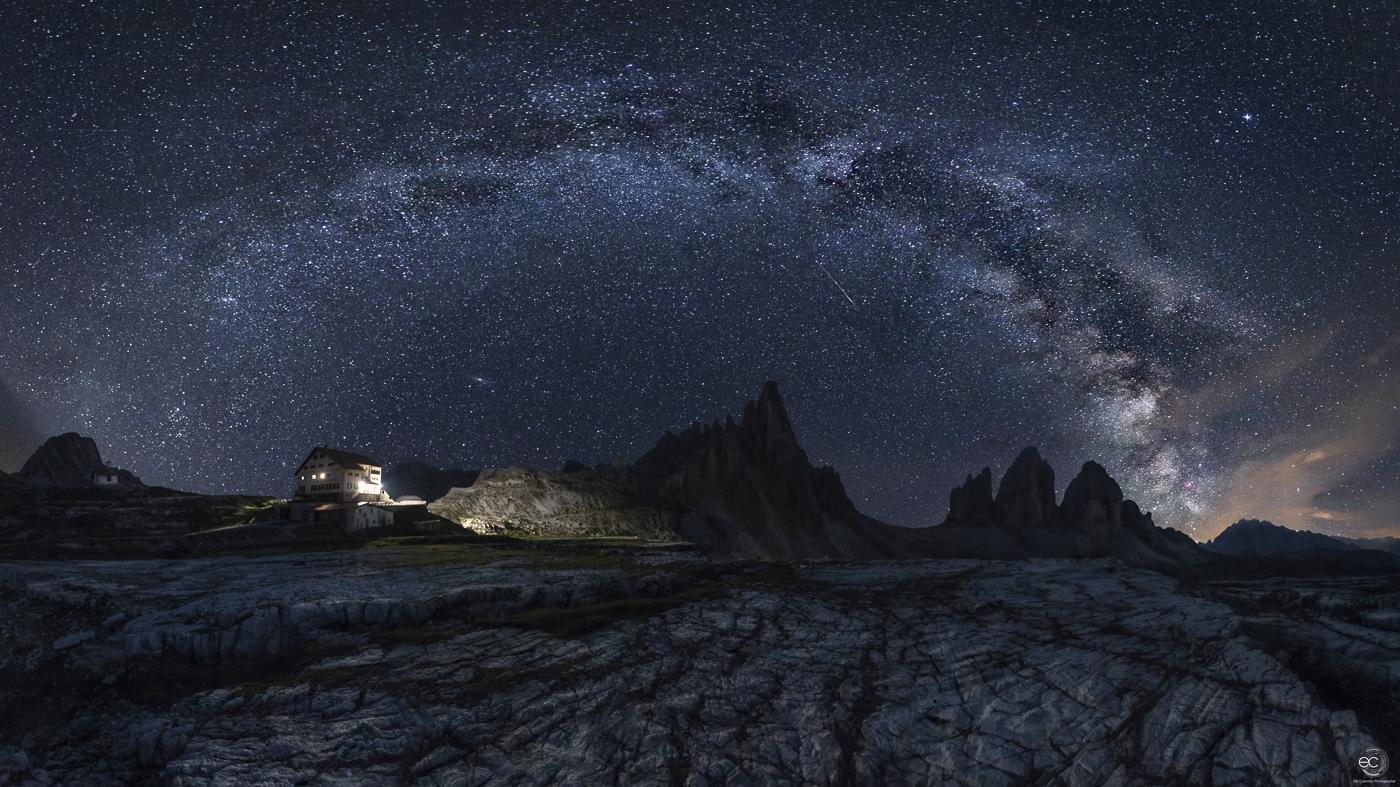 Paesaggio con montagna e via lattea in Italia alle Tre Cime di Lavaredo di Erik Colombo